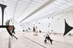 Dalla mostra Alexander Calder & Fischli / Weiss alla Fondazione Beyeler, Riehen-Basilea, 2016. Foto Mark Niedermann. Courtesy Calder Foundation, New York, Peter Fischli e David Weiss, ProLitteris, Zurigo